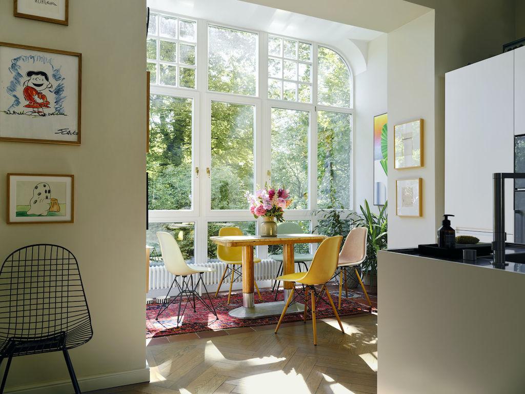 Sitzgruppe aus Eames Chairs von Vitra in einem Erker.
