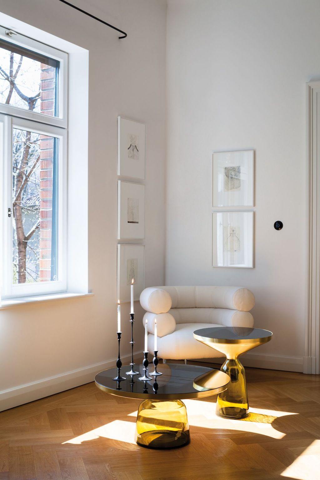 Bell table in zwei unterschiedlichen Höhen (in gelb) vor einem Bibendum Sessel in weißem Leder von Classicon