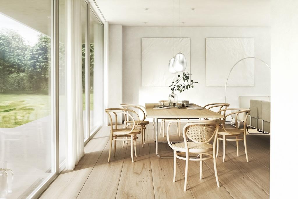 Buchholzstühle von Thonet an einem gräumigen Essplatz. Links eine große Fensterfront mit Zugang zu einer Terrasse.