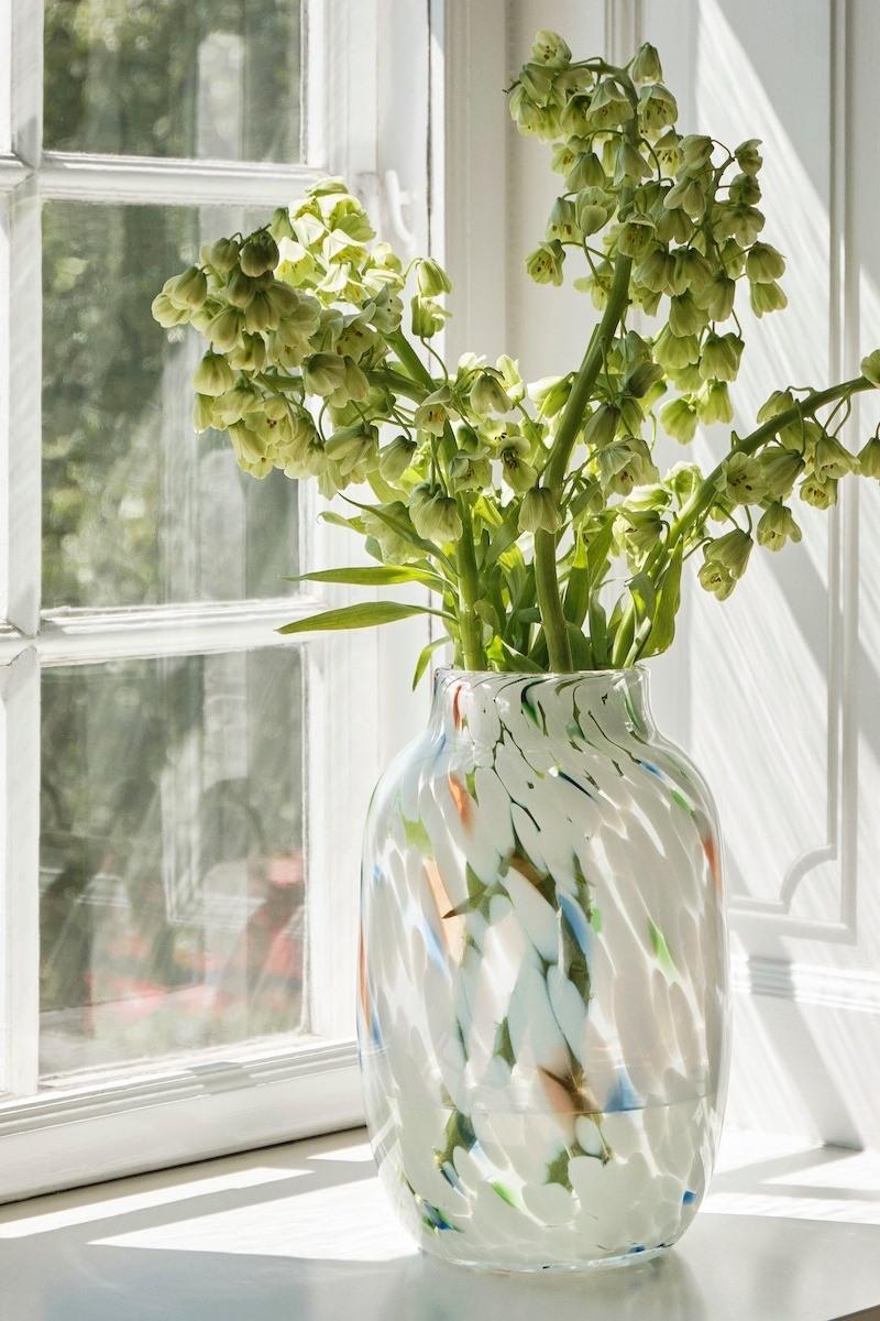 Splash Vase von HAY auf einem Fensterbrett