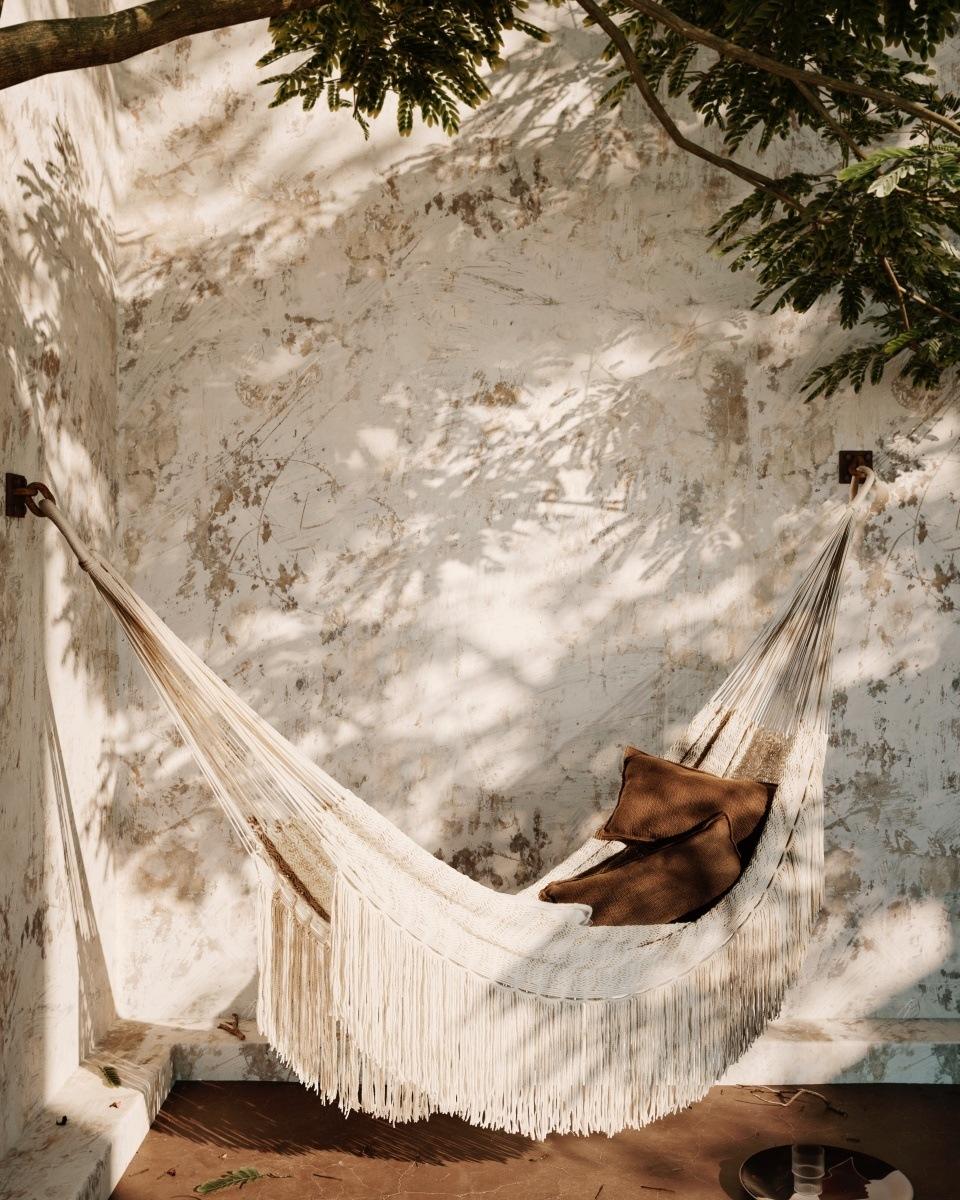 FAQ Outdoortextilien - unsere 8 häufigsten Fragen. Moodbild der Path Hängematte mit Desert Kissen.