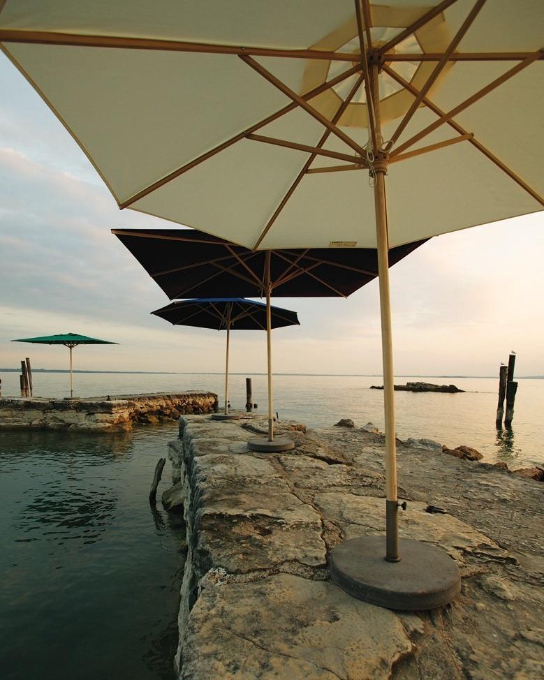 FAQ Outdoortextilien - unsere 8 häufigsten Fragen. moodbild Sonnenschirme am Pier bei Sonnenuntergang
