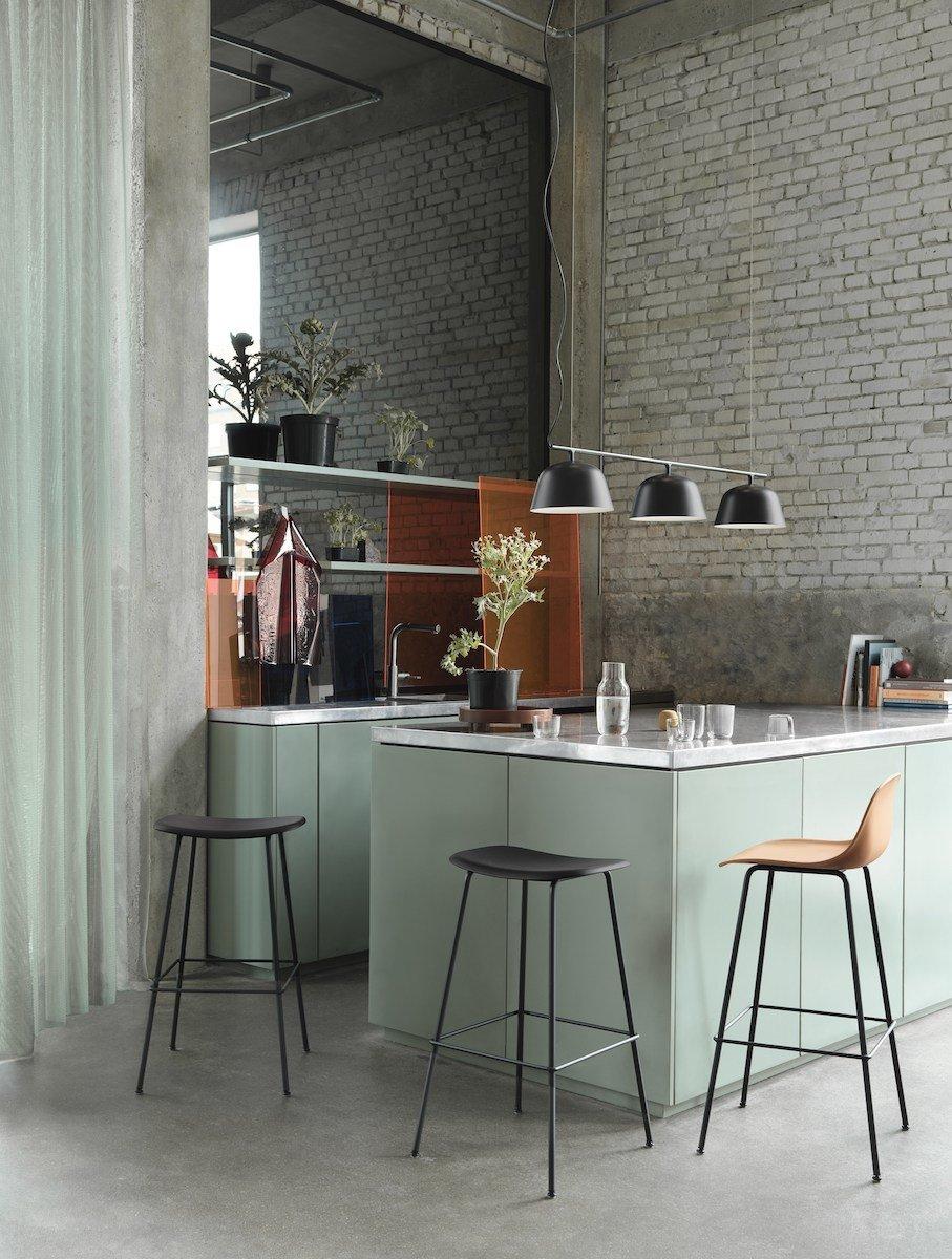 offene Küche mit drei Muuto Fiber Chair Bar Hockern