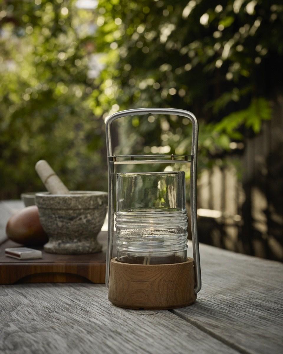 Bollard Öllampe von Skagerad auf einem alten Gartentisch aus Holz