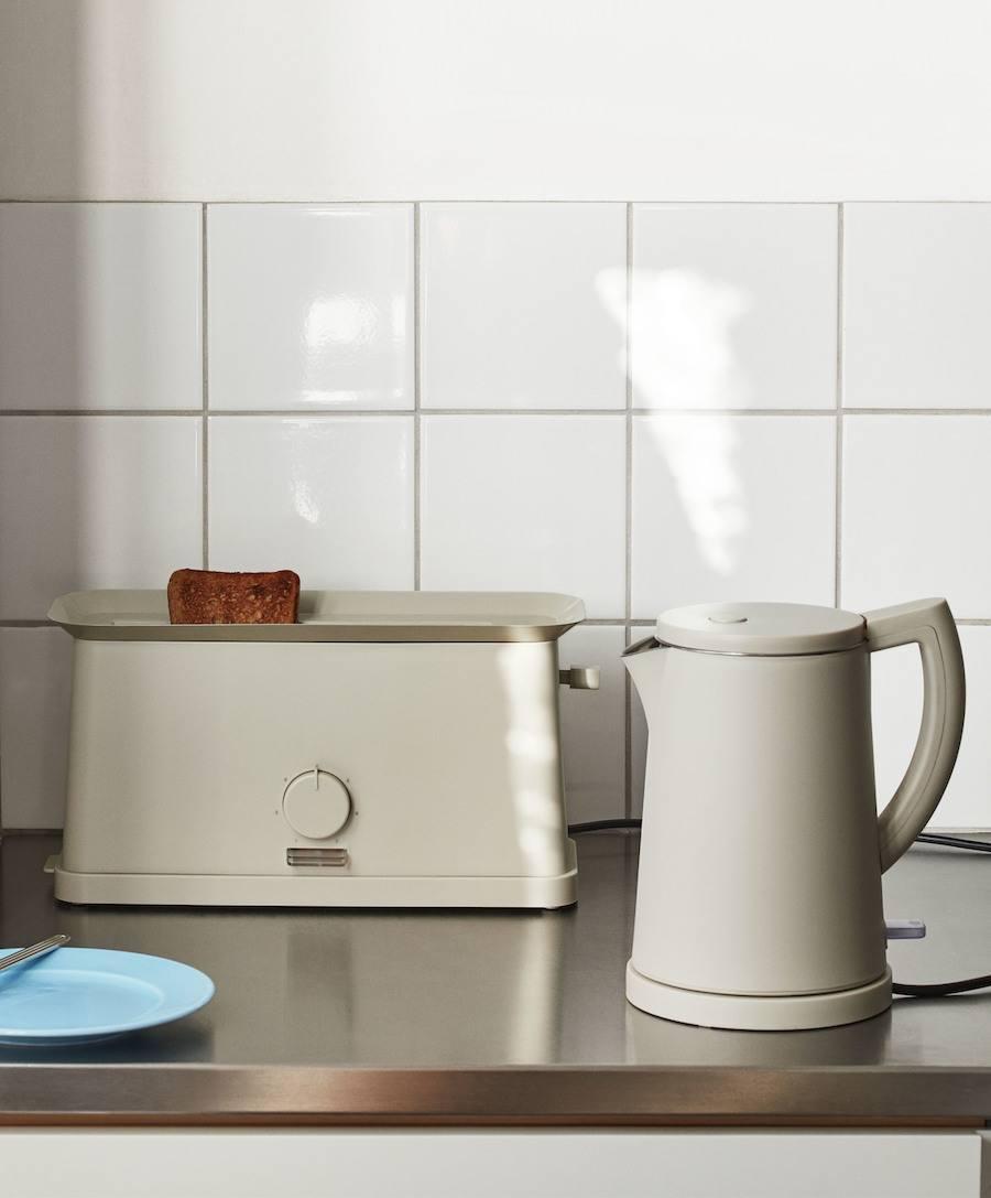Rolf Hay im Interview zu 10 Jahren DBS. Sowden Toaster und Wasserkocher auf Küchenzeile.