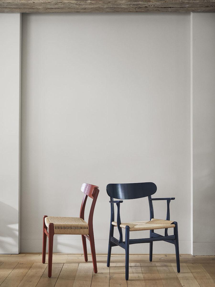 Ilse Crawford X Carl Hansen. CH23 Stuhl in Falu und CH26 Stuhl in North Sea.