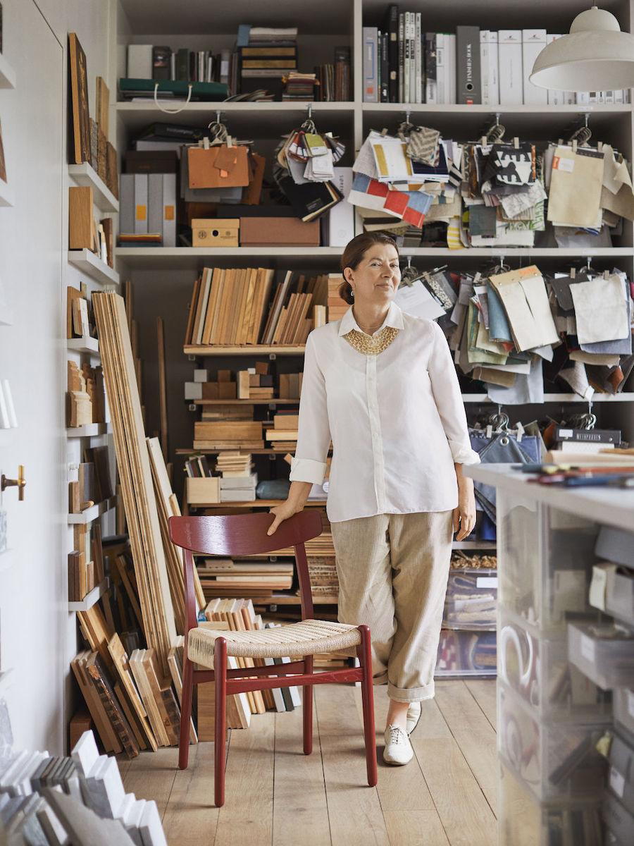 Ilse Crawford X Carl Hansen. Ilse Crawford steht neben einem CH23 Stuhl in Falu in ihrer Materialbibliothek.