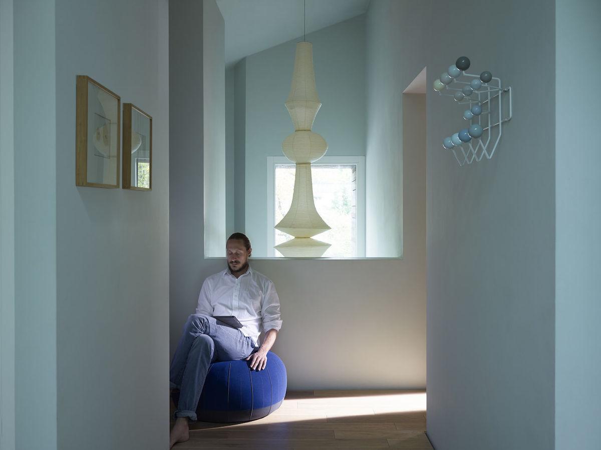 Papierleuchten sind zurück. Interieur Flur mit Blick auf eine in den Treppenabgang hängenden Akari Papierleuchte.