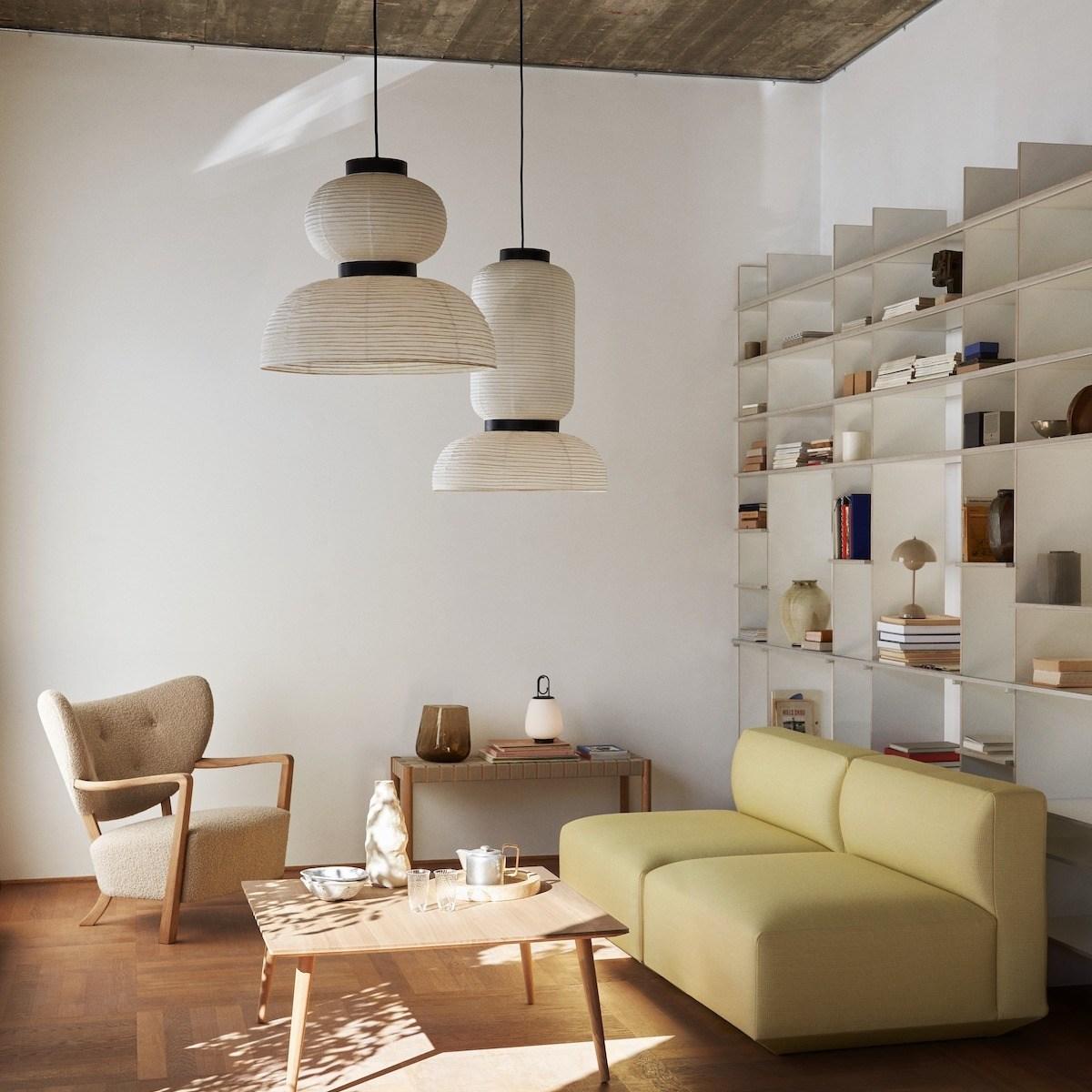 Papierleuchten sind zurück. Sitzbereich im Wohnzimmer, zwei Formakami Leuchten hängen über Sofa und Couchtisch.