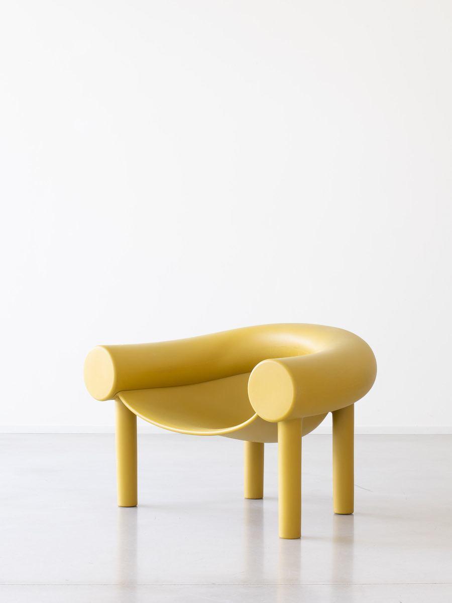 SELECTED Sommer-Flair 2021: Farbenfroh: Gelber Sam Son Sessel von Magis in weißer Studiokulisse