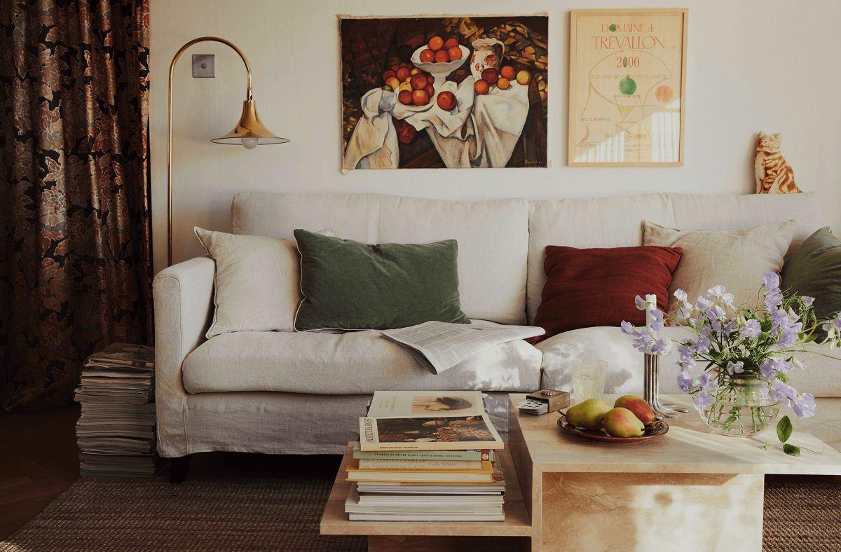 Homestory mit FermLIVING und Linda Ring. Sofa-Arrangement im Wohnzimmer. Sofa mit leinenbezug, Distinct Couchtisch aus Travertin.